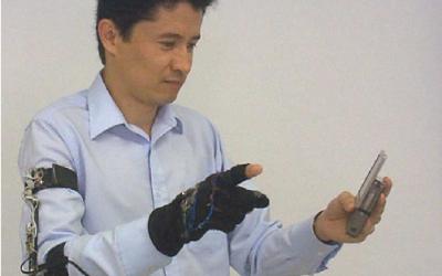 Mexicano invento un guante que traduce lenguaje de gestos a palabras