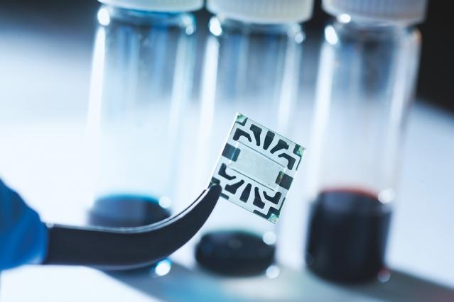 Científicos desarrollan un electrodo transparente que aumenta la eficiencia de las células solares